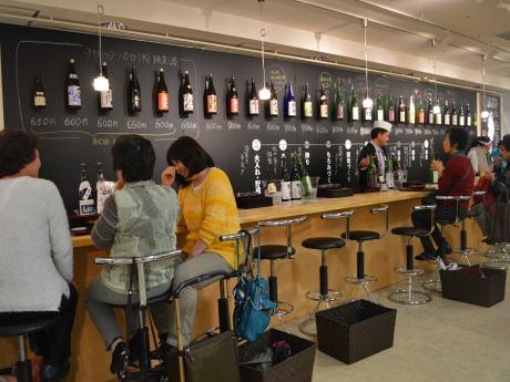 商店街をイメージした「女川食堂」と「みちのく酒BAR」