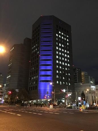 青色にライトアップされた富士火災長堀ビル