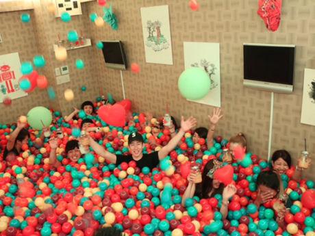 約2万個のカラーボールを使用するボールプールバー