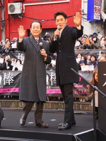 船に乗って登場した水谷豊さんと反町隆史さん