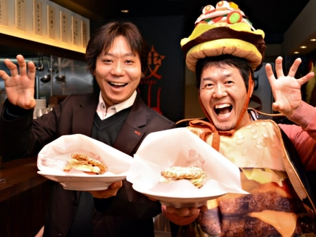 「丹波篠山らーめん」の井口社長(左)と、「西日本ハンバーガー協会」の薮伸太郎さん(右)