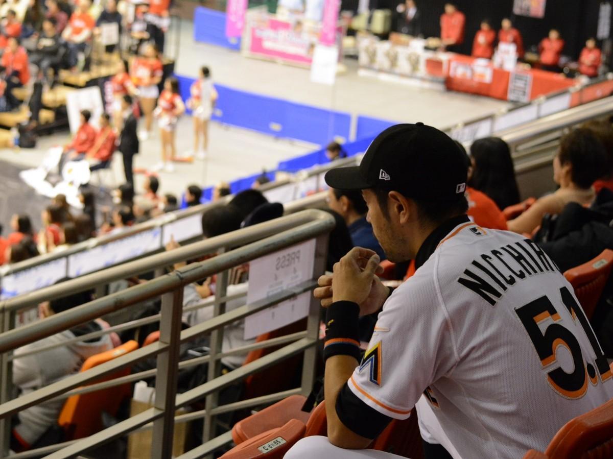 「大阪エヴェッサ」の試合を観客席から見守るニッチロー'さん
