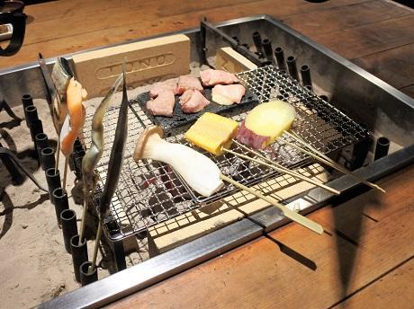 囲炉裏で食材をあぶる「囲炉裏焼き」