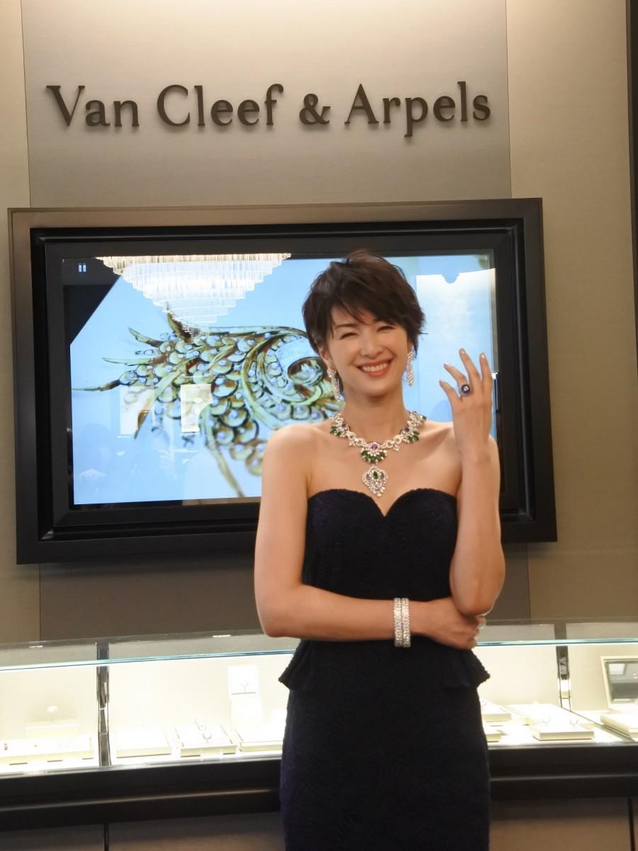 約3億円のジュエリーを身に着ける吉瀬美智子さん