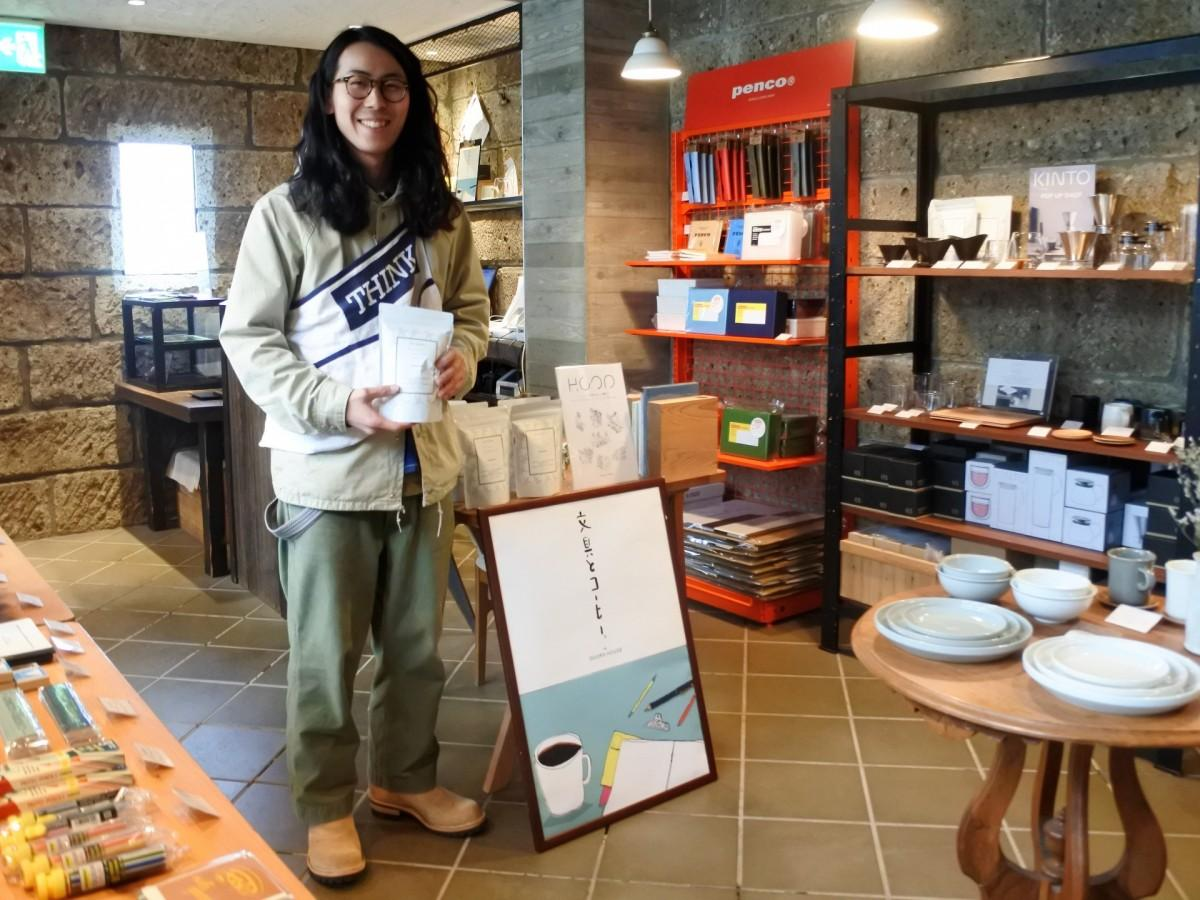 文房具とコーヒー器具、コーヒー豆などを置く同スペース