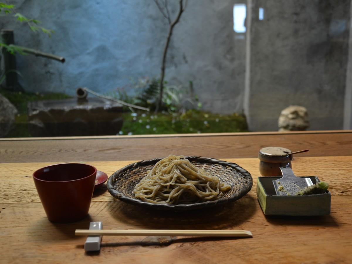 日本庭園を眺めながらそばを食べることも