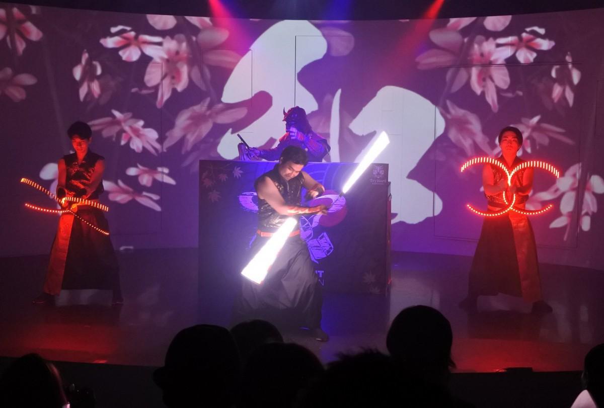 和文化とダンスミュージックを融合したショーを見せる