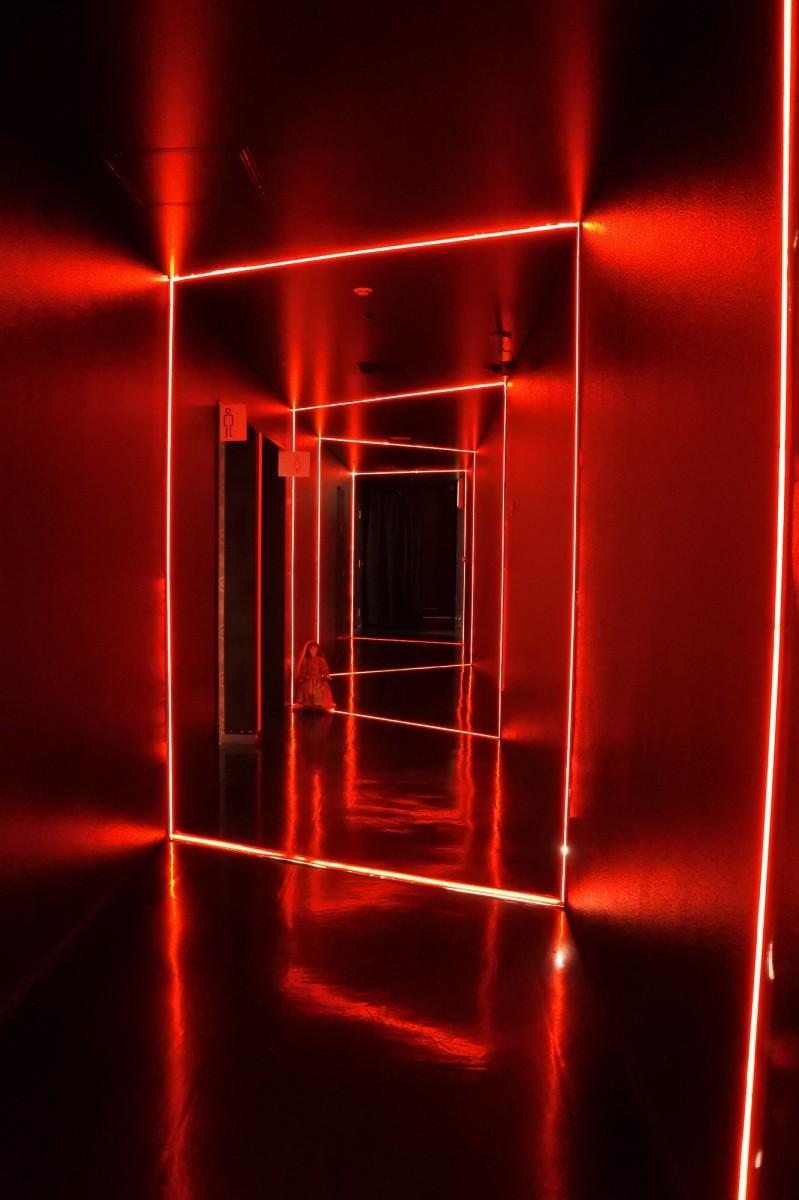 3階トイレ入り口は、血のイメージで赤色の照明に変更した