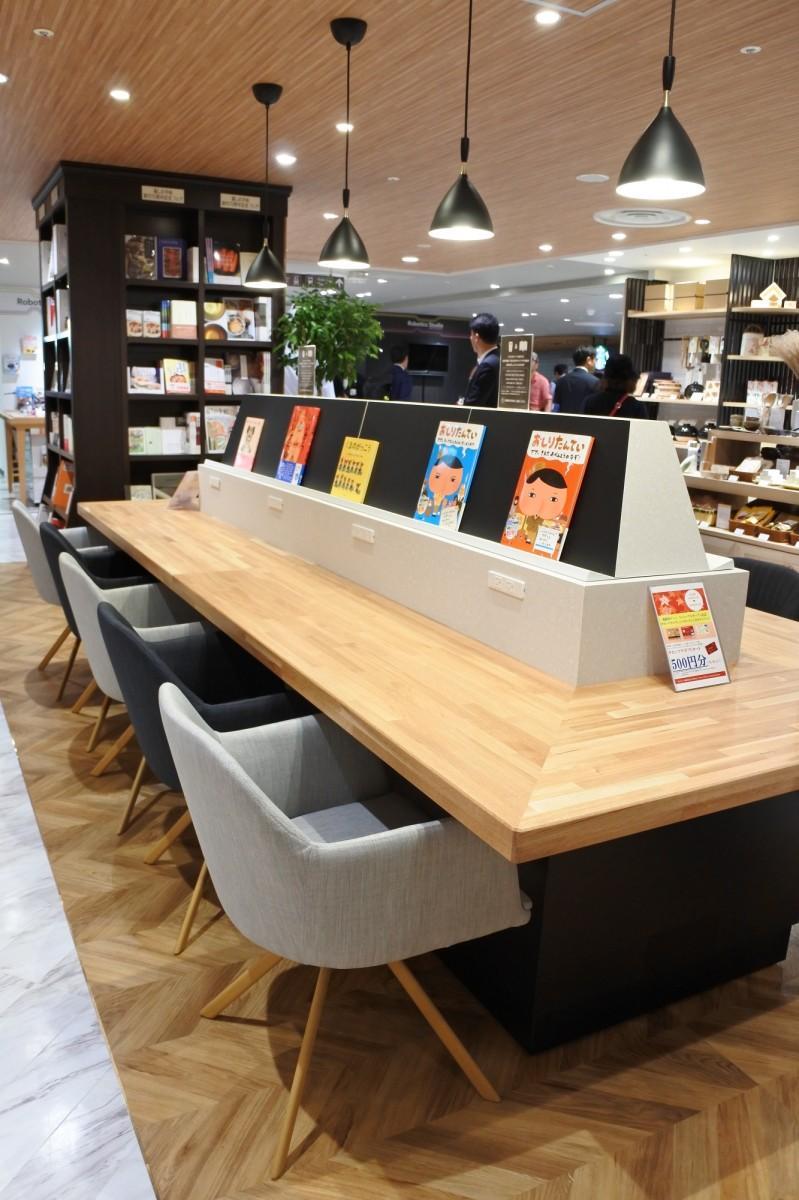 購入した飲食物や書籍を自由に楽しめる共有スペースを60席設ける