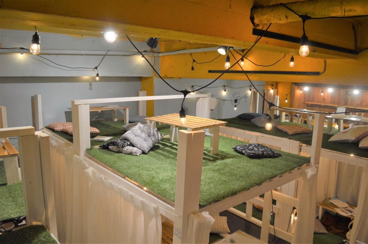 2段ベッドで半個室を多く設けた店内