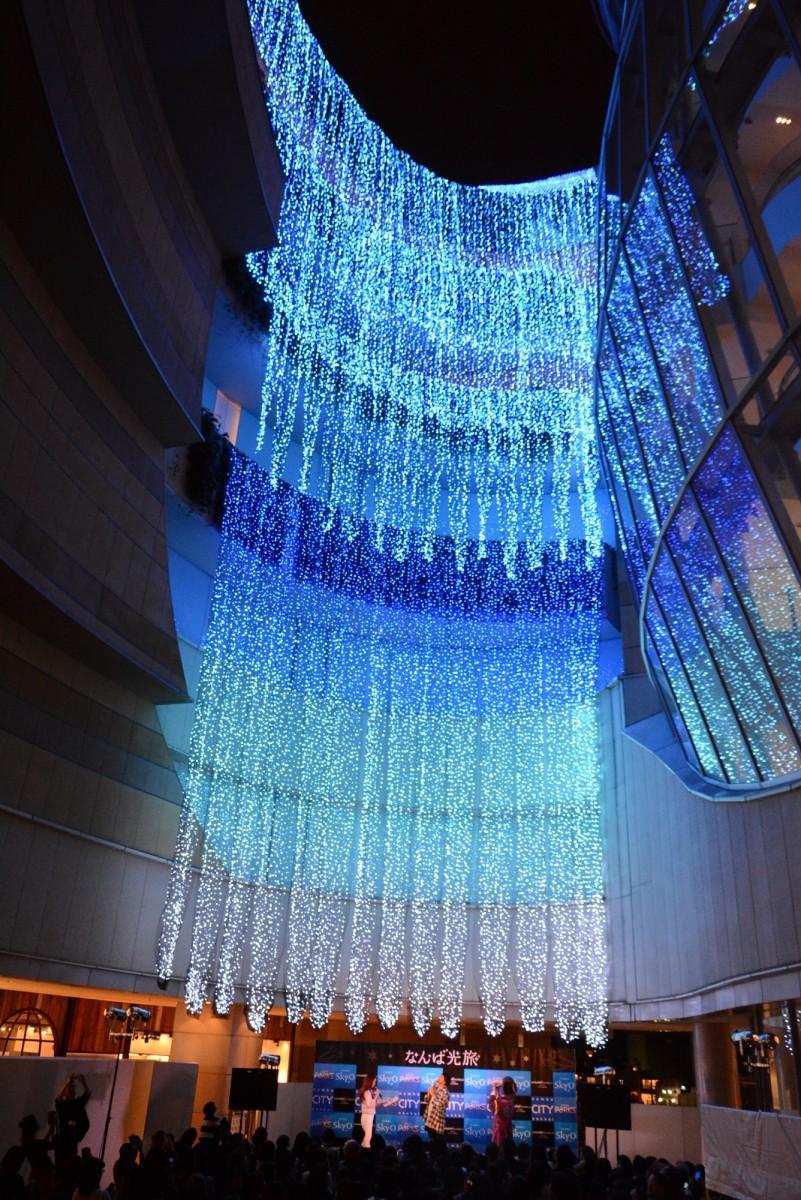 なんばパークスのグレイシアコートに設置された「光の滝」