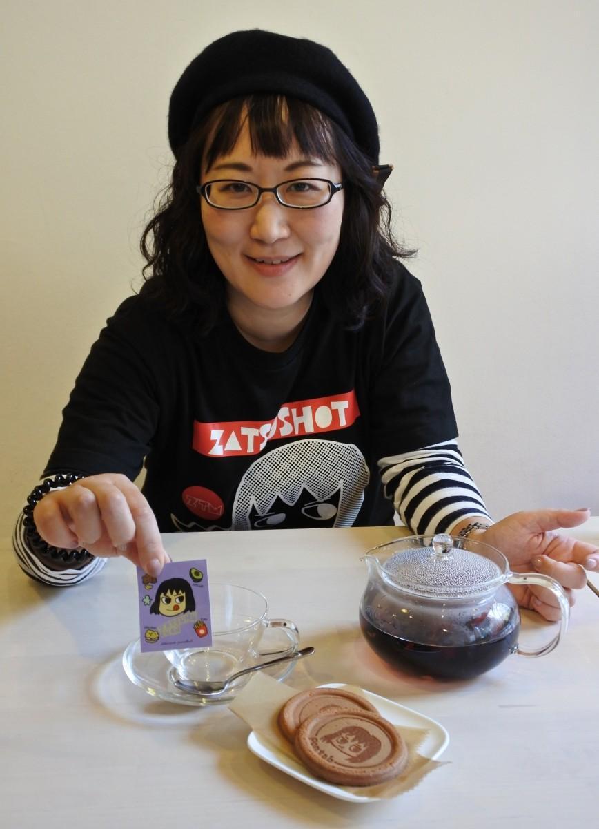 自らをモデルにしたマンガ「ざつむちゃん」を描く立花亜希子さん。会期中「本業が暇な時にはポップアップ店に来ることもある」という