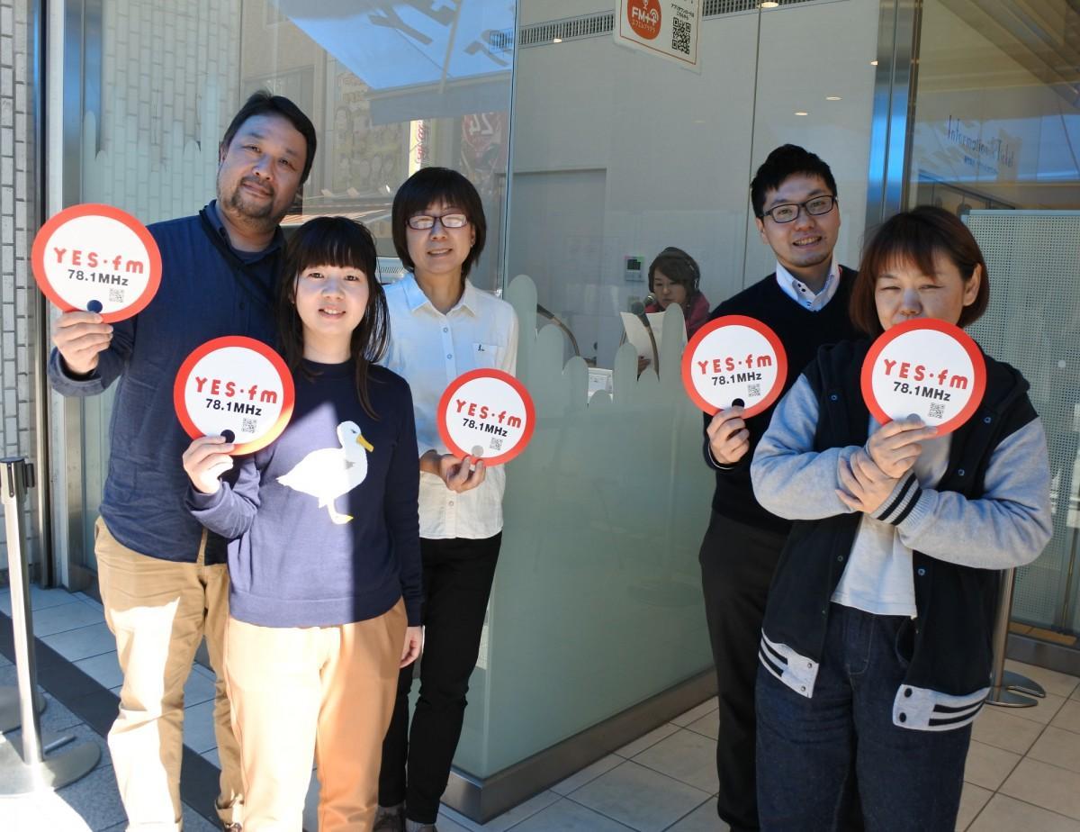 エフエムちゅうおうのスタッフの皆さん。「maido station」放送中のサテライトスタジオ前で