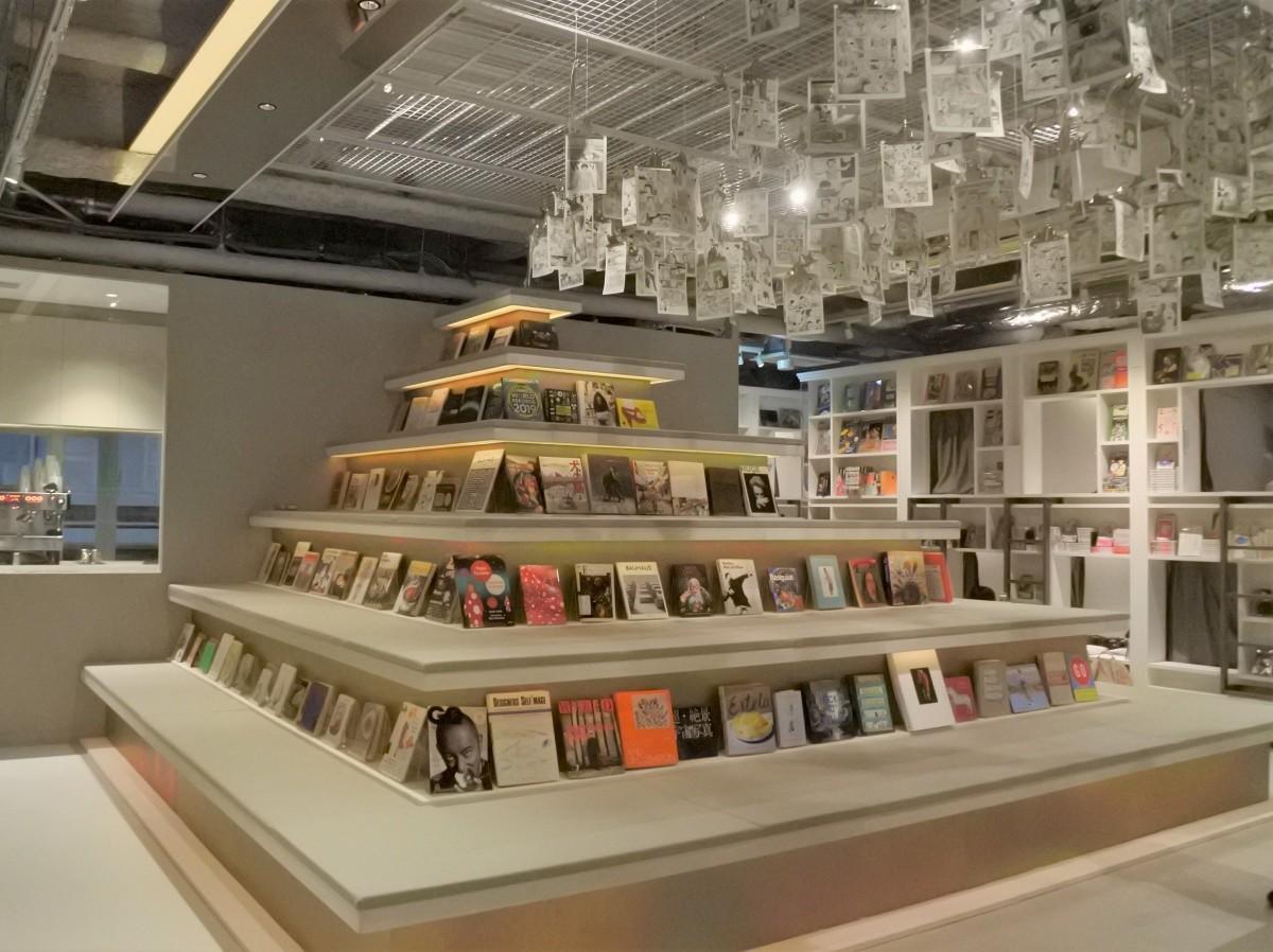 天井から漫画「AKIRA」1巻がぶら下がる読書スペース