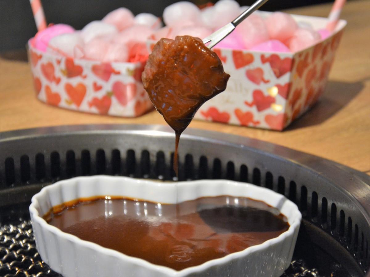 特製のチョコソースに肉をディップする