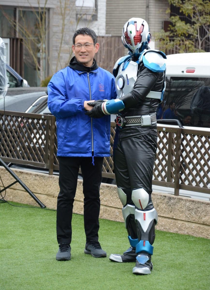 浪速区長と握手をする地球戦士ゼロス