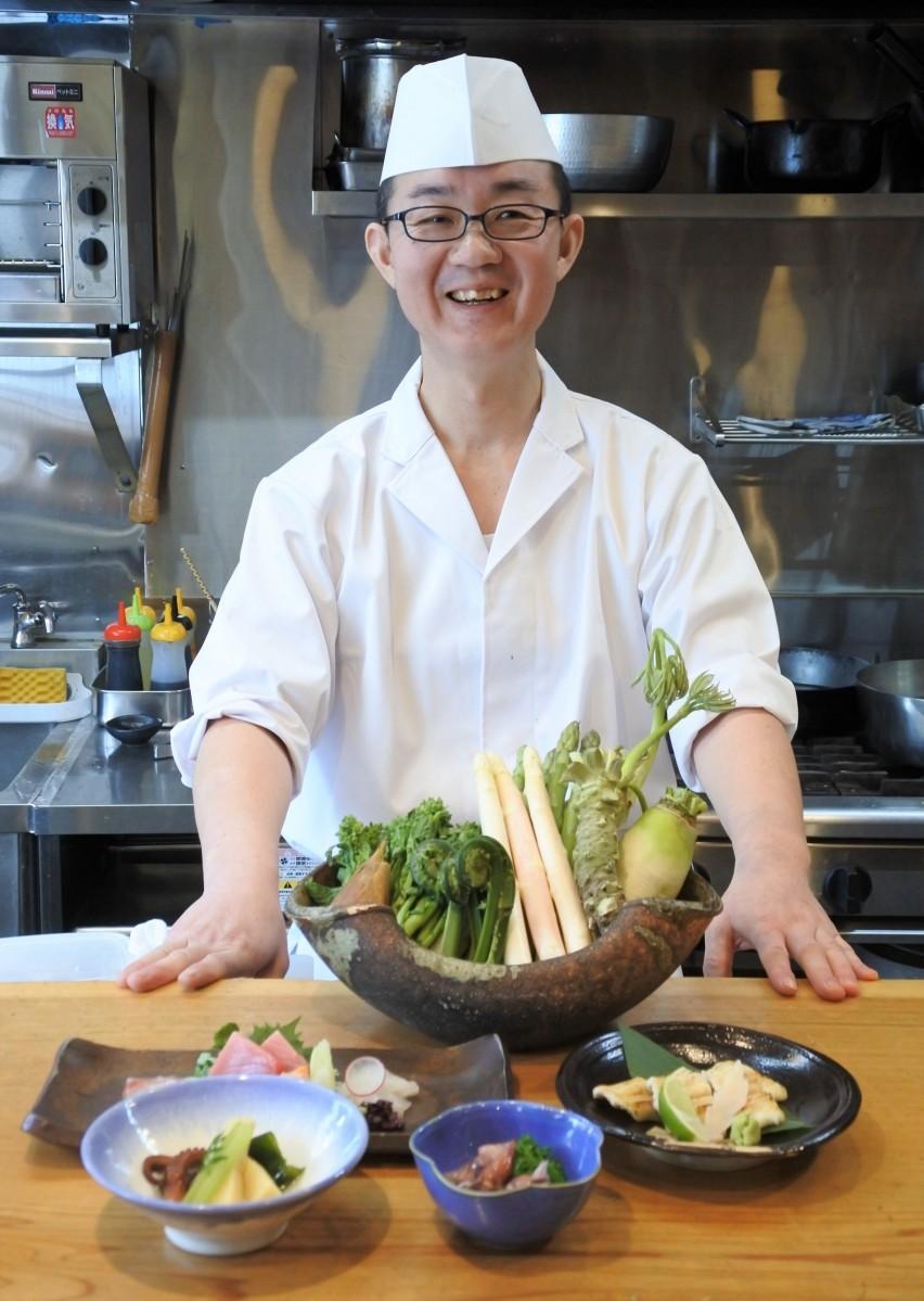 笑みを浮かべる森料理長と大阪料理
