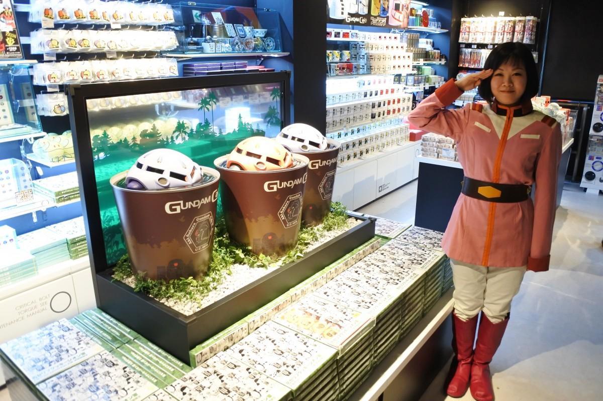 「ガンダムカフェ 道頓堀店」では地球連邦軍の制服を着た店員が迎えてくれる。
