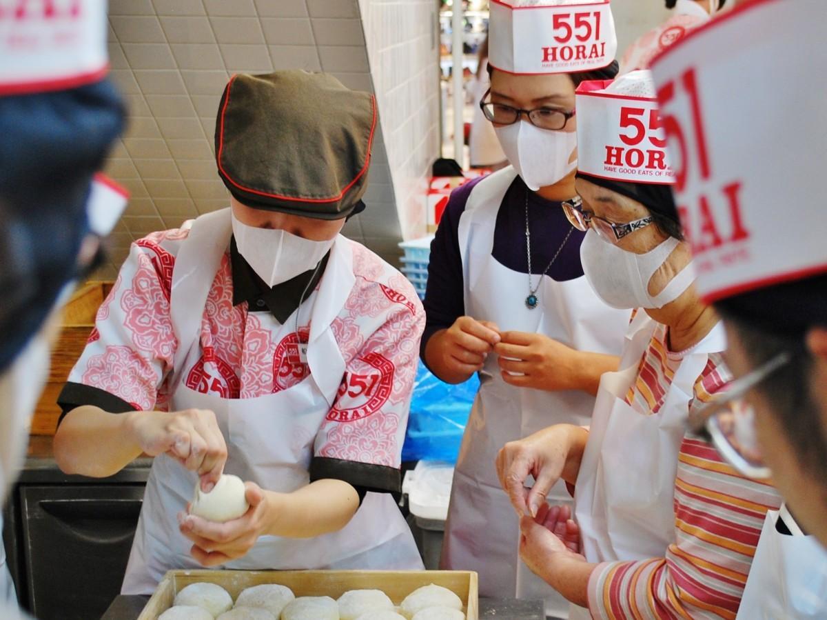 551蓬莱「秘伝の豚まん手包み」体験の様子