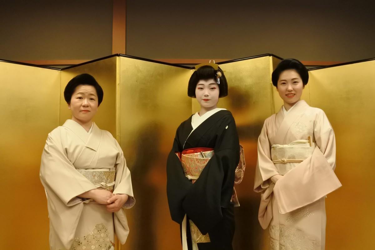 お披露目を行った3人(左から八重鶴さん、玉幸さん、多美鶴さん)