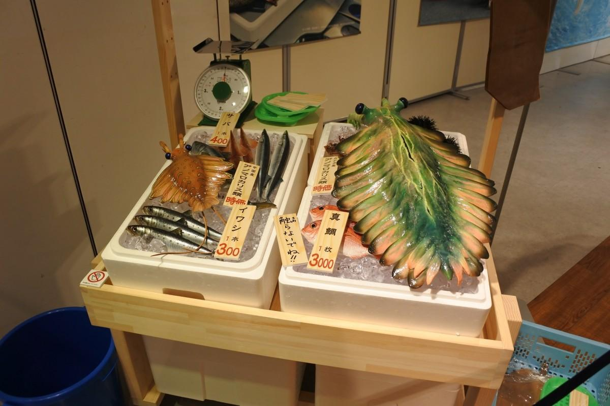 現代の魚屋に古生物がいたら、を再現した実物大模型