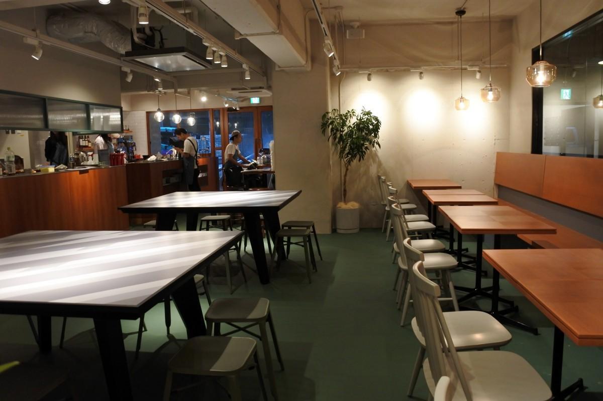 店内の様子。左側のテーブルは2台合わせると卓球台になる。貸し切り利用時に卓球を楽しめる
