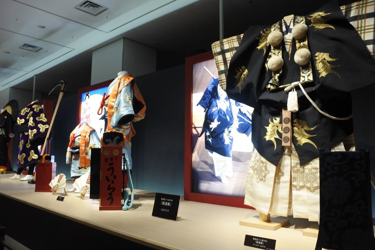 歌舞伎十八番の衣装が並ぶ