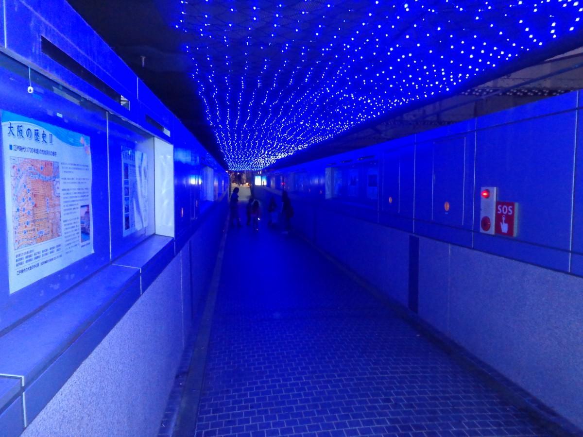 青く染められた道頓堀橋