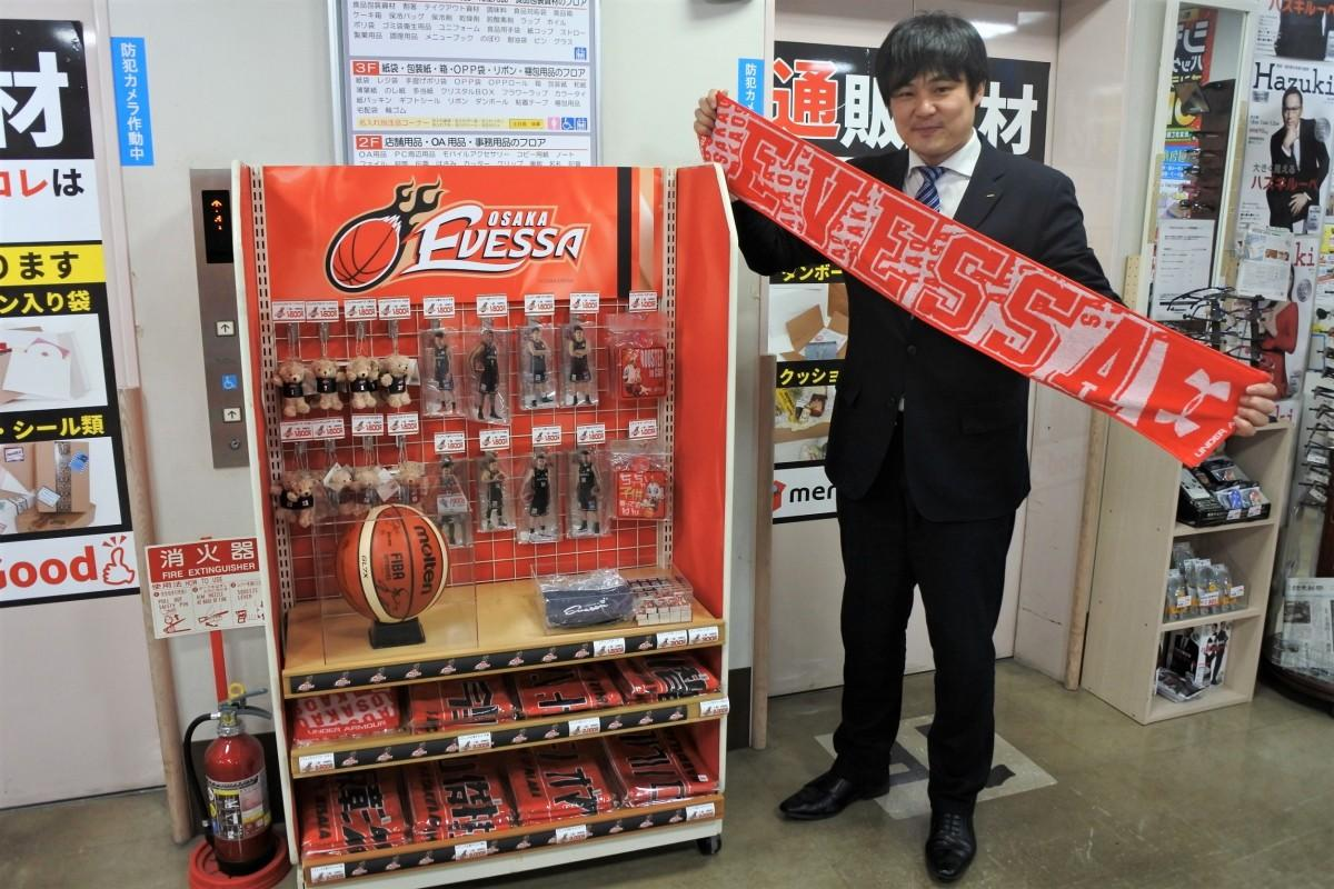 オープンしたグッズコーナーと同社担当の岩本さん