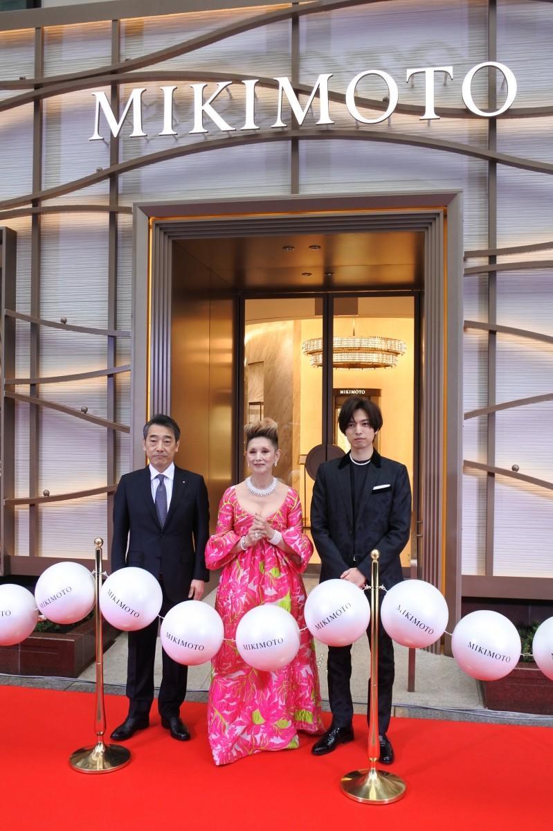 ミキモト中西伸一社長とゲストの夏木マリさん、桐山漣さん