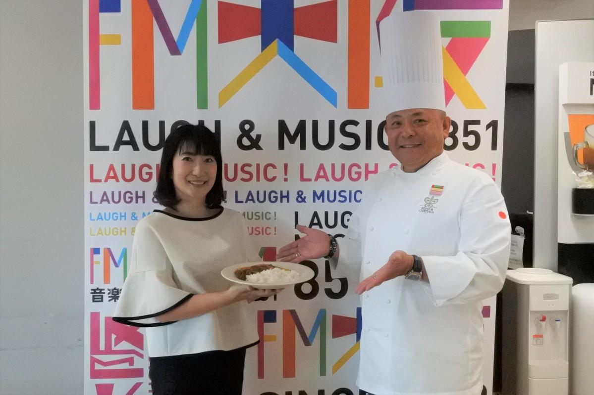 パーソナリティーの珠久美穂子さんと山口総料理長
