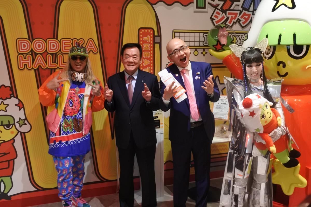 記者発表の様子(左から、DJKOOさん、松田社長、大阪観光局・溝畑宏理事長、プリンセス天功さん)