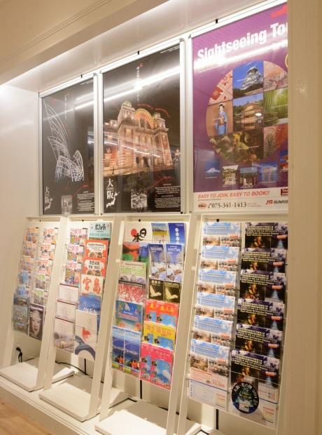 外国人観光客向けのパンフレットコーナー - なんば経済新聞