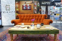 エディオンなんば本店に米TVドラマ「フレンズ」劇中カフェ再現 座って撮影も