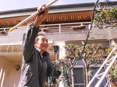 自宅イルミの準備をする吉田さん