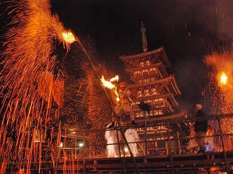 火の粉をまき散らす鬼、薬師寺の鬼追い式で
