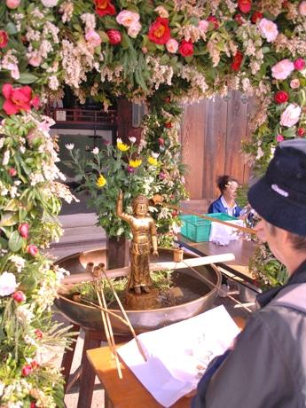 甘茶をそそぐ参拝者、東大寺で営まれた「仏生会」で
