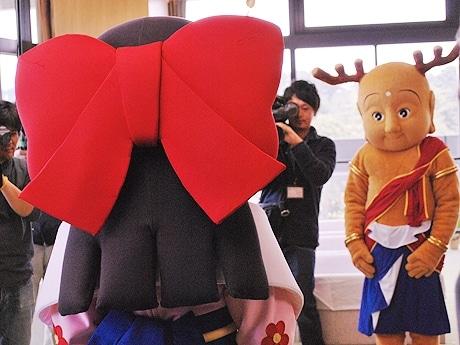 彼女候補の葛城市のマスコットキャラと初対面する「せんとくん」、奈良県庁知事室で