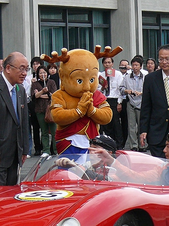 4月21日に「La Festa Primavera(ラ フェスタ プリマヴェラ)2009」の通過点、奈良県庁で堺正章さんらを出迎える「せんとくん」