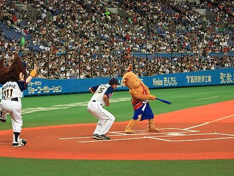 8月29日に京セラドームで行われた荒井正吾奈良県知事との野球対決で空振りする「せんとくん」