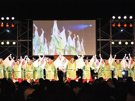 奈良公園で行われた「平城遷都1300年祭」のオープニングイベントで会場を盛り上げる「平城人(ならびと)」