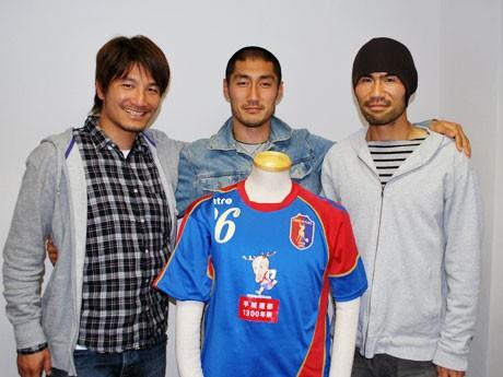 JFL昇格へ向けて、関西サッカーリーグ1部を戦う奈良クラブのメンバー、(写真左から)選手兼コーチの矢部次郎さん、浜岡寛選手、三本菅崇選手