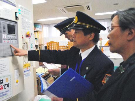 火災通報装置を確認する消防署員ら、「なら清寿苑」(奈良市田中町)で