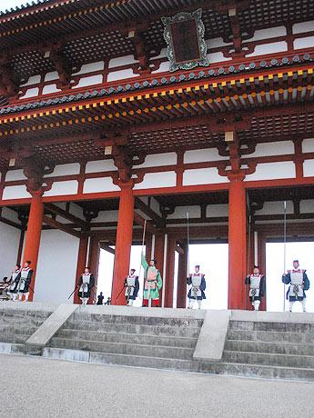 朱雀門の前で衛士(えじ)による開門の様子を再現したパフォーマンス