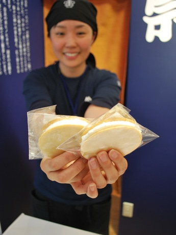 平城遷都1300年祭の平城宮跡会場で販売する「鹿せんべいアイス」