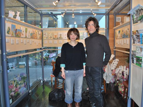 「まちをアートでいっぱいに」をコンセプトにオープンした「藝育カフェ Sankaku(サンカク)」。代表のやまもとあやこさん(左)と「藝育デレクター」のあつしさん(右)