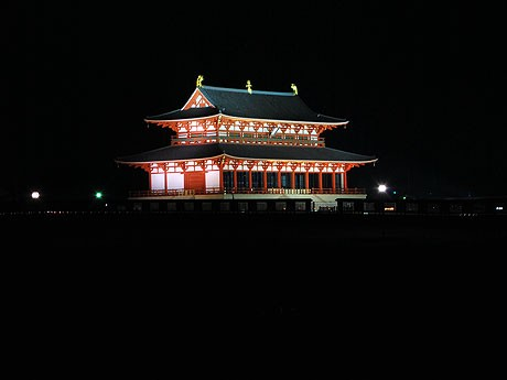 平城宮跡の暗がりにライトアップで浮かび上がる第一次大極殿