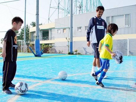 4月に開校した「奈良クラブサッカースクール」で同クラブの三本菅崇選手に指導を受ける子どもたち