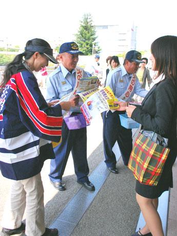 近鉄高の原駅前で住宅用火災警報器の設置を呼びかける奈良市消防局北消防署の職員と地元の女性消防クラブ員
