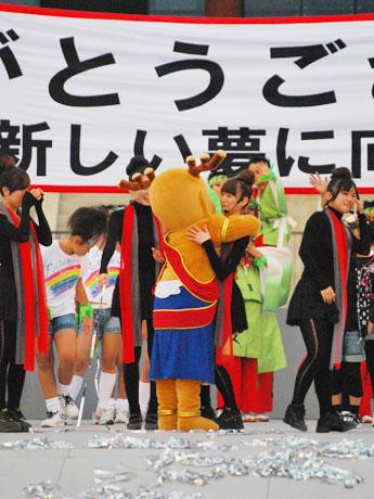 平城遷都1300年祭・平城宮跡会場で行われたファイナルステージの閉演後、Pixy Chicks(ピクシーチックス)のメンバーを抱擁するせんとくん